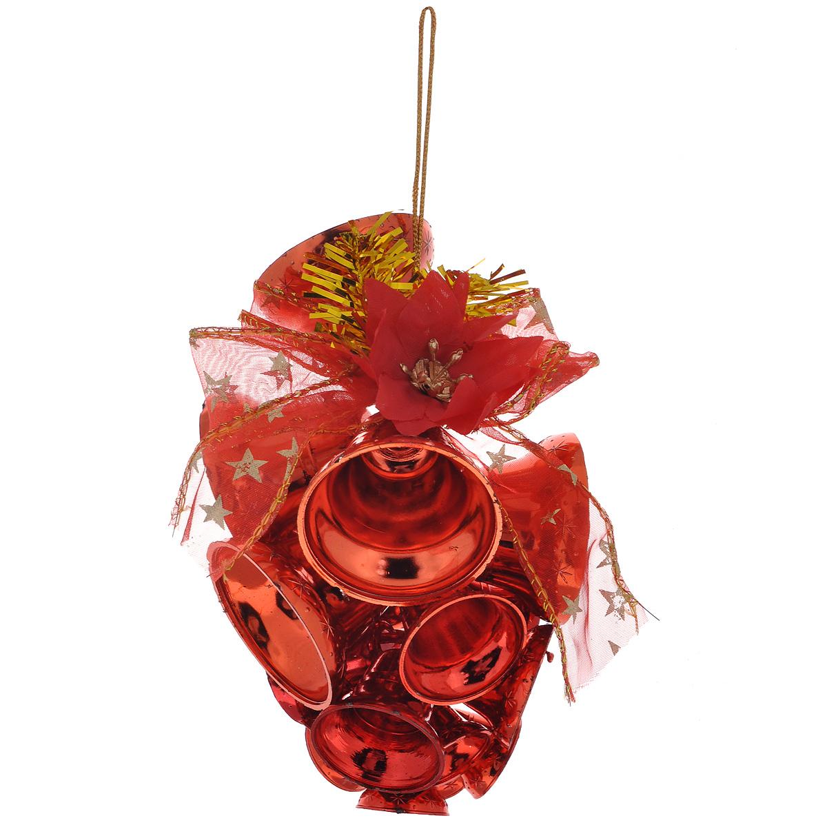 Новогоднее подвесное украшение Колокольчики, цвет: красный. 34424C0038550Новогоднее украшение Колокольчики отлично подойдет для декорации вашего дома и новогодней ели. Игрушка выполнена в виде связки на декоративной ленте из шести пластиковых колокольчиков различных размеров. Связка украшена декоративным элементом в виде цветка с золотистым листком, ветками с ягодами и текстильным бантом с мишурой. Колокольчики украшены мишурой и золотой каймой по краю. Украшение оснащено специальной текстильной петелькой для подвешивания. Елочная игрушка - символ Нового года. Она несет в себе волшебство и красоту праздника. Создайте в своем доме атмосферу веселья и радости, украшая всей семьей новогоднюю елку нарядными игрушками, которые будут из года в год накапливать теплоту воспоминаний.