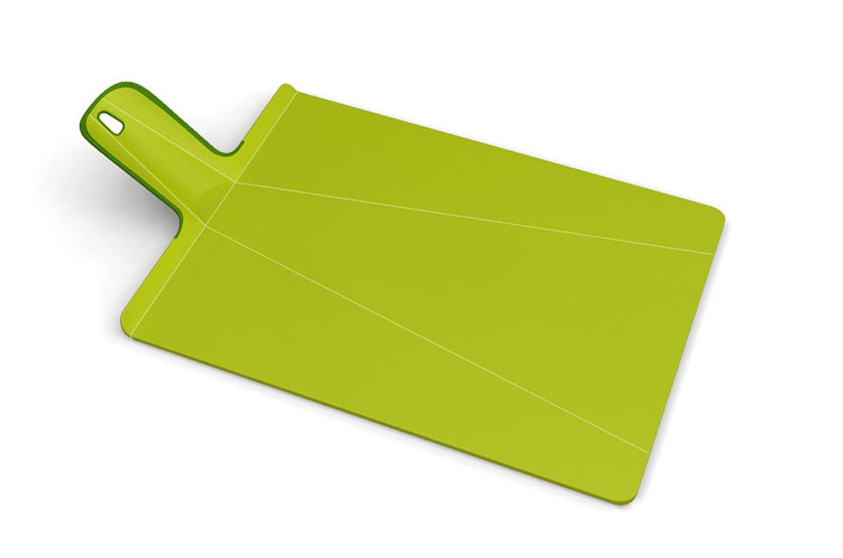 Доска разделочная Joseph Joseph Chop2Pot, цвет: зеленый, 22 х 28 смNSG016SWРазделочная доска Joseph Joseph Chop2Pot изготовлена из прочного пищевого пластика со специальным покрытием, которое предотвращает прилипание пищи и сохраняет ножи острыми. Удобная ручка оснащена прорезиненными вставками, что обеспечивает надежный хват и комфорт во время использования. Обратная сторона доски снабжена такими же вставками для предотвращения скольжения по поверхности стола. Благодаря изгибам в некоторых местах, доска удобно сворачивается и позволяет аккуратно пересыпать все, что вы нарезали. Всем знакомо, как неудобно ссыпать порезанные овощи в кастрюлю, но с этим приспособлением вы одним движением превратите разделочную доску в удобный совок, и все попадет по назначению. Можно мыть в посудомоечной машине.
