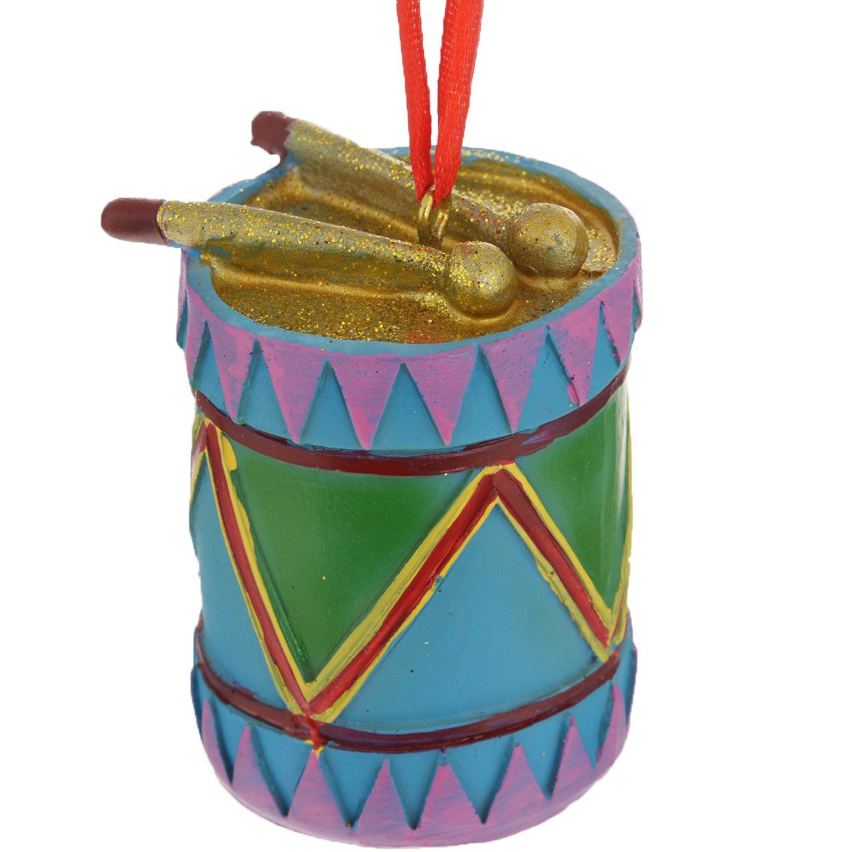 Новогоднее подвесное украшение Барабан. 3460034600Оригинальное новогоднее украшение из пластика прекрасно подойдет для праздничного декора дома и новогодней ели. Изделие крепится на елку с помощью металлического зажима.