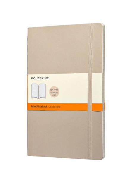 Записная книжка Classic Soft (в линейку), Moleskine, Large, бежевый (арт. QP616G4)72523WDКлассическая записная книжка Молескин в мягкой цветной обложке.Удобная эластичная застежка защитит Вашу записную книжку.Надёжно вшитая в корешок закладка.На внутренней стороне обложки - вместительный кармашек для документов.Не желтеющая, быстро впитывающая чернила бумага.Формат: Large (13x21 см)Обложка: мягкая, влагозащитнаяБумага: 192 страницы, в линейку