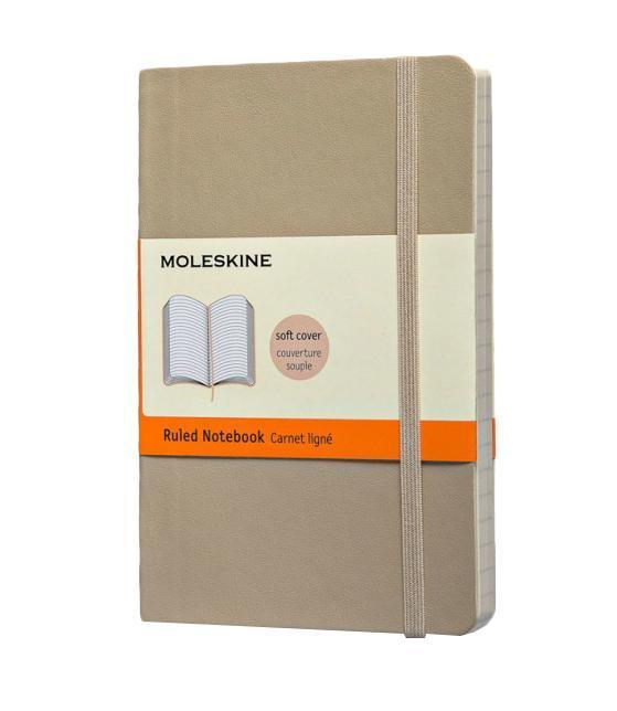 Записная книжка Classic Soft (в линейку), Moleskine, Pocket, бежевый (арт. QP611G4)80ББ5мтВ1_14524Классическая записная книжка Молескин в мягкой цветной обложке.Удобная эластичная застежка защитит Вашу записную книжку.Надёжно вшитая в корешок закладка.На внутренней стороне обложки - вместительный кармашек для документов.Не желтеющая, быстро впитывающая чернила бумага.Формат: Pocket (9x13 см)Обложка: мягкая, влагозащитнаяБумага: 192 страницы, в линейку