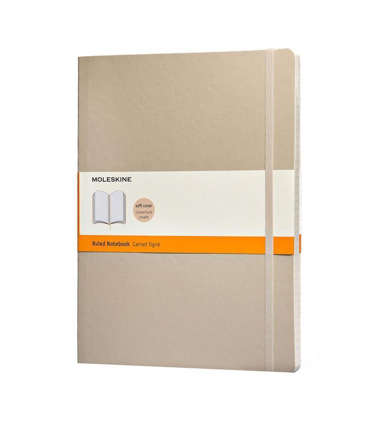 Записная книжка Classic Soft (в линейку), Moleskine, ХLarge, бежевый (арт. QP621G4)72523WDКлассическая записная книжка Молескин в мягкой цветной обложке.Удобная эластичная застежка защитит Вашу записную книжку.Надёжно вшитая в корешок закладка.На внутренней стороне обложки - вместительный кармашек для документов.Не желтеющая, быстро впитывающая чернила бумага.Формат: XLarge (19x25 см)Обложка: мягкая, влагозащитнаяБумага: 192 страницы, в линейку