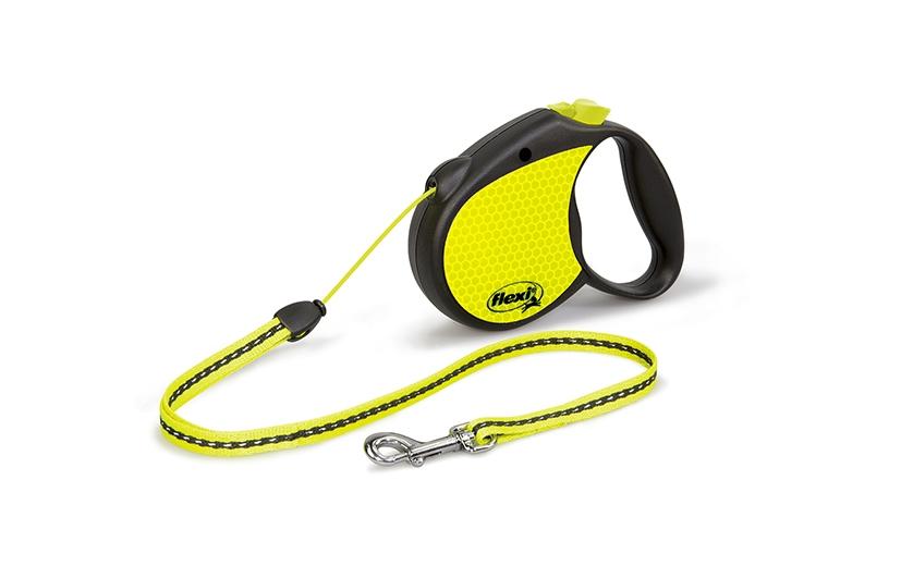 Поводок-рулетка Flexi Neon S для собак до 12 кг, цвет: черный, желтый, 5 м0120710Поводок-рулетка Flexi Neon S со светоотражающими элементами изготовлен из пластика и нейлона. Подходит для собак весом до 12 кг. Тросовый поводок-рулетка обеспечивает каждой собаке свободу движения, что идет на пользу здоровью и радует вашего четвероногого друга. Рулетка очень проста в использовании. Она оснащена кнопками кратковременной и постоянной фиксации.Поводок имеет прочный корпус, хромированную застежку и светоотражающие элементы.Длина поводка: 5 м. Максимальная нагрузка: 12 кг.Товар сертифицирован.