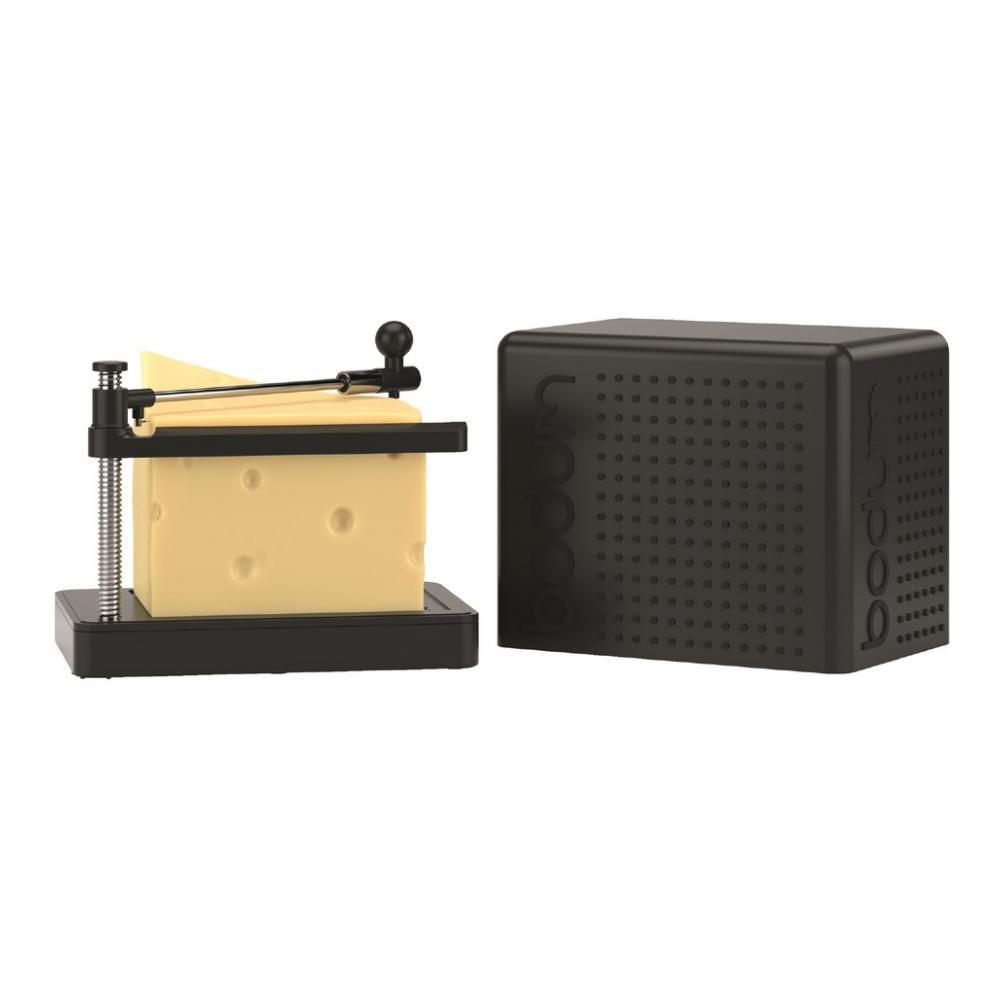 Сырорезка Bodum Bistro, струнная, цвет: черный68/5/4Сырорезка Bodum Bistro состоит из прямоугольной пластиковой подставки и струны из нержавеющей стали, закрепленной на металлической ручке с пластиковым фиксатором для сыра. Основание подставки снабжено резиновыми вставками, что предотвращает скольжение сырорезки по поверхности стола. Действует сырорезка довольно просто: сыр кладется на подставку и плавно разрезается струной на кусочки. В комплект входит специальная крышка для хранения сырорезки. С такой сырорезкой ваш сыр всегда будет идеально порезан на ровные кусочки нужного размера. Не обрабатывать абразивными моющими средствами.