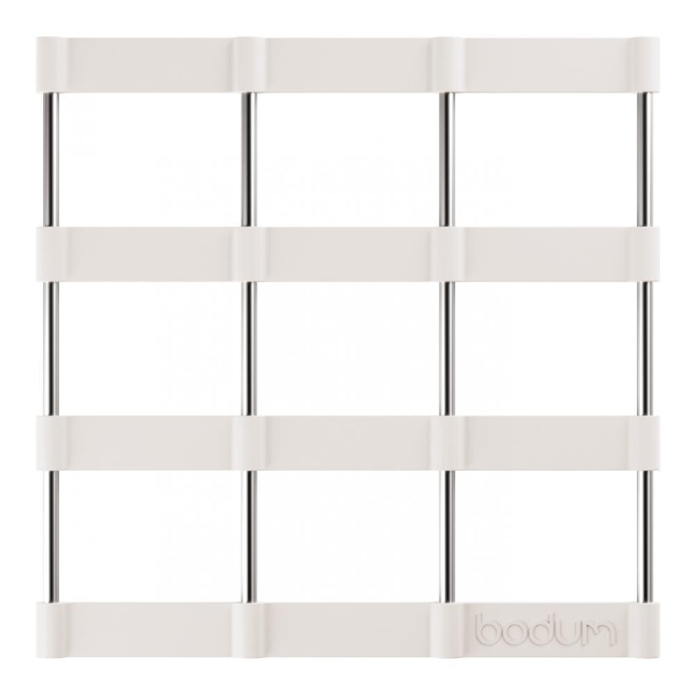 Подставка под горячее Bodum Bistro, цвет: белый, 17,5 х 17,5 см115510Подставка под горячее Bodum Bistro, выполненная из силикона и нержавеющей стали, идеально впишется в интерьер современной кухни. Силикон не даст подставке скользить по поверхности стола. Простые геометрические формы можно использовать в дизайне самых разнообразных предметов, получая не только красивую, но еще и функциональную вещь!Подставка под горячее, имеющая вид соединенных вместе стальных прутьев и силиконовых лент в форме квадратов, превосходно впишется в интерьер современной кухни и дополнит набор кухонной утвари.Каждая хозяйка знает, что подставка под горячее - это незаменимый и очень полезный аксессуар на каждой кухне. Ваш стол будет не только украшен оригинальной подставкой, но и сбережен от воздействия высоких температур ваших кулинарных шедевров. Можно использовать в посудомоечных машинах. Не обрабатывать абразивными моющими средствами.