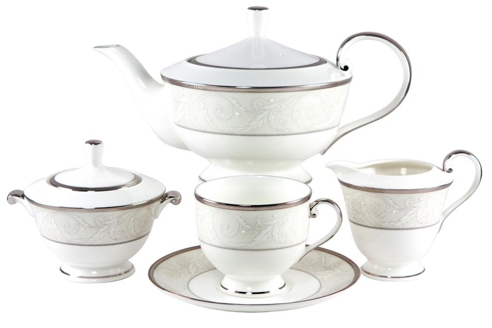 С-з чайный 17 пр. на 6 персон Ноктюрн115510СОСТАВ: чайник с крышкой, молочник, сахарница с крышкой, 6 чайных пар.Всемирно известная марка NARUMI была основана в 1911 году, в Японии. На сегодняшний день NARUMI – один из ведущих производителей элитного фарфора «BoneChina*». Фарфор от NARUMI содержит до 47% костяной золы, что, безусловно, позволяет ему быть классическим фарфором «BoneChina*». Благодаря такому составу фарфор этой марки чрезвычайно прочен, в то же время – тонок и изящен. Это качество по достоинству оценили любители эксклюзивной и красивой посуды не только в Японии, но и далеко за ее пределами. Вызывает восхищение и графическая отделка посуды. Тонкие, неуловимо изящные линии и красивейший орнамент наносится вручную. При этом декорирование и роспись драгоценными металлами скорее не исключение, а распространенная практика. При этом металл имеет характерный «шёлковый» блеск, что достигается тщательной ручной полировкой. Нужно ли говорить, что при применении таких технологий, высококачественная посуда сохраняет свой первозданный вид десятилетиями! Интересно, что японский фарфор маркируется на донышке необычным обозначением - «BONE CHINA». Казалось бы – причем тут Китай? И действительно – совершенно не причем! «CHINA»-это интернациональное обозначение высококлассного фарфора. «Фарфор» - это второе значение слова China, после общеизвестного - «Китай». Обозначение «BoneChina*», соответственно, переводится как «Костяной Фарфор». Корпорация NARUMI является поставщиком посуды не только для торговых сетей, но и для множества предприятий сервиса, общепита и сферы обслуживания. Так, клиентами компании являются мировые гиганты, как, например, отель Sheraton, Ritz Carlton, Mandarin Orintal, дорогие рестораны и казино, загородные клубы, океанские лайнеры, авиакомпании Emirates airlines и другие. Изящество, великолепный внешний вид, практичность и непревзойденные потребительские качества посуды Narumi делают ее желанной не только в богатых домах, но и в обычных семьях. Кр