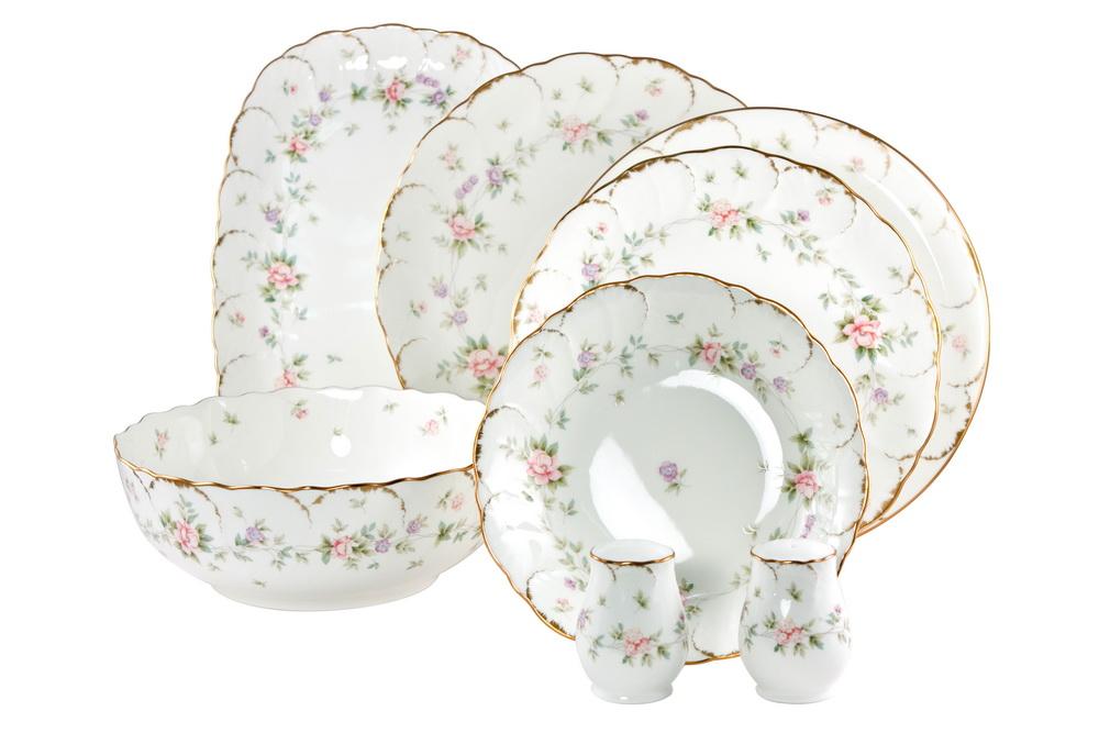 С-з столовый 23 пр. на 6 персон ВоспоминаниеFS-91909СОСТАВ: блюдо овальное 31см, блюдо круглое 30см, салатник круглый 23см, 6 тарелок подстановочных 27см, 6 тарелок закусочных 23см, 6 тарелок суповых 19см,солонка, перечница.Всемирно известная марка NARUMI была основана в 1911 году, в Японии. На сегодняшний день NARUMI – один из ведущих производителей элитного фарфора «BoneChina*». Фарфор от NARUMI содержит до 47% костяной золы, что, безусловно, позволяет ему быть классическим фарфором «BoneChina*». Благодаря такому составу фарфор этой марки чрезвычайно прочен, в то же время – тонок и изящен. Это качество по достоинству оценили любители эксклюзивной и красивой посуды не только в Японии, но и далеко за ее пределами. Вызывает восхищение и графическая отделка посуды. Тонкие, неуловимо изящные линии и красивейший орнамент наносится вручную. При этом декорирование и роспись драгоценными металлами скорее не исключение, а распространенная практика. При этом металл имеет характерный «шёлковый» блеск, что достигается тщательной ручной полировкой. Нужно ли говорить, что при применении таких технологий, высококачественная посуда сохраняет свой первозданный вид десятилетиями! Интересно, что японский фарфор маркируется на донышке необычным обозначением - «BONE CHINA». Казалось бы – причем тут Китай? И действительно – совершенно не причем! «CHINA»-это интернациональное обозначение высококлассного фарфора. «Фарфор» - это второе значение слова China, после общеизвестного - «Китай». Обозначение «BoneChina*», соответственно, переводится как «Костяной Фарфор». Корпорация NARUMI является поставщиком посуды не только для торговых сетей, но и для множества предприятий сервиса, общепита и сферы обслуживания. Так, клиентами компании являются мировые гиганты, как, например, отель Sheraton, Ritz Carlton, Mandarin Orintal, дорогие рестораны и казино, загородные клубы, океанские лайнеры, авиакомпании Emirates airlines и другие. Изящество, великолепный внешний вид, практичность и непревзойденные