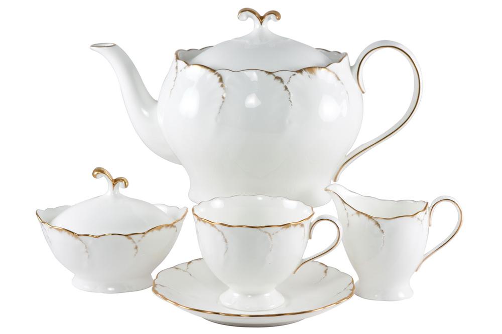 С-з чайный 17 пр. на 6 персон Белый с золотомVT-1520(SR)СОСТАВ: чайник с крышкой, молочник, сахарница с крышкой, 6 чайных пар.Всемирно известная марка NARUMI была основана в 1911 году, в Японии. На сегодняшний день NARUMI – один из ведущих производителей элитного фарфора «BoneChina*». Фарфор от NARUMI содержит до 47% костяной золы, что, безусловно, позволяет ему быть классическим фарфором «BoneChina*». Благодаря такому составу фарфор этой марки чрезвычайно прочен, в то же время – тонок и изящен. Это качество по достоинству оценили любители эксклюзивной и красивой посуды не только в Японии, но и далеко за ее пределами. Вызывает восхищение и графическая отделка посуды. Тонкие, неуловимо изящные линии и красивейший орнамент наносится вручную. При этом декорирование и роспись драгоценными металлами скорее не исключение, а распространенная практика. При этом металл имеет характерный «шёлковый» блеск, что достигается тщательной ручной полировкой. Нужно ли говорить, что при применении таких технологий, высококачественная посуда сохраняет свой первозданный вид десятилетиями! Интересно, что японский фарфор маркируется на донышке необычным обозначением - «BONE CHINA». Казалось бы – причем тут Китай? И действительно – совершенно не причем! «CHINA»-это интернациональное обозначение высококлассного фарфора. «Фарфор» - это второе значение слова China, после общеизвестного - «Китай». Обозначение «BoneChina*», соответственно, переводится как «Костяной Фарфор». Корпорация NARUMI является поставщиком посуды не только для торговых сетей, но и для множества предприятий сервиса, общепита и сферы обслуживания. Так, клиентами компании являются мировые гиганты, как, например, отель Sheraton, Ritz Carlton, Mandarin Orintal, дорогие рестораны и казино, загородные клубы, океанские лайнеры, авиакомпании Emirates airlines и другие. Изящество, великолепный внешний вид, практичность и непревзойденные потребительские качества посуды Narumi делают ее желанной не только в богатых домах, но и в обычн