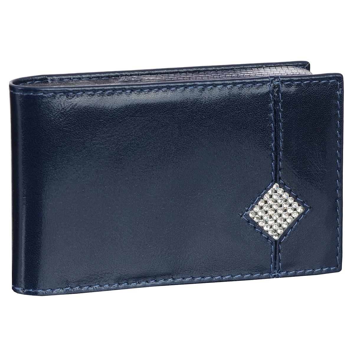 Футляр для визиток Dimanche Сапфир, цвет: синий. 164A52_108Футляр для визиток Dimanche Сапфир изготовлен из высококачественной натуральной кожи с матовой текстурой. Лицевая сторона украшена ромбом из страз. Внутри содержится блок из прозрачного пластика на 16 визиток или пластиковых карт, а также вертикальный кармашек.Стильный и практичный футляр Dimanche Сапфир идеально подчеркнет ваш образ и поможет хранить все визитки в одном месте. Упакован в фирменную картонную коробку.