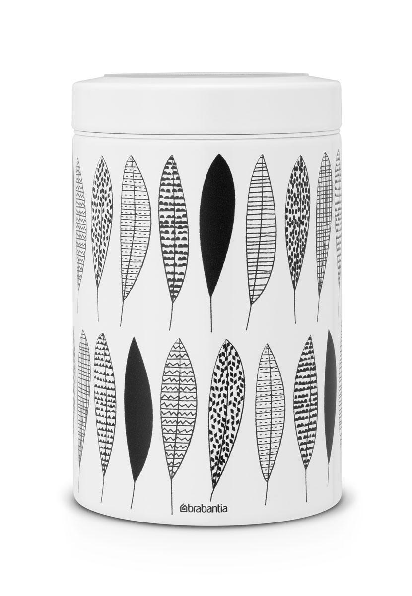 Контейнер для сыпучих продуктов Brabantia, 1,4 л. 484780FA-5125 WhiteКонтейнер для сыпучих продуктов Brabantia изготовлен из антикоррозийной стали с защитным покрытием и легко чистится благодаря гладкой внутренней поверхности. Внешние стенки оформлены оригинальным рисунком в черно-белых тонах. Банка плотно закрывается крышкой с прозрачным окошком, позволяющим видеть содержимое. Герметичная крышка не пропускает запахи и позволяет дольше сохранять аромат продуктов. Благодаря антистатической поверхности содержимое контейнера не прилипает к пластиковому окошку. Контейнеры для сыпучих продуктов Brabantia позволяют дольше сохранить ваш кофе, чай, макаронные изделия и другие продукты свежими. Контейнер Brabantia объемом 1,4 л вмещает 500 г кофе или 1 кг сахара. Контейнер удобно размещать в глубоком ящике кухонного стола и в то же время он отлично смотрится на полке или столешнице. Диаметр: 11 см. Высота (с крышкой): 17 см. Объем: 1,4 л.