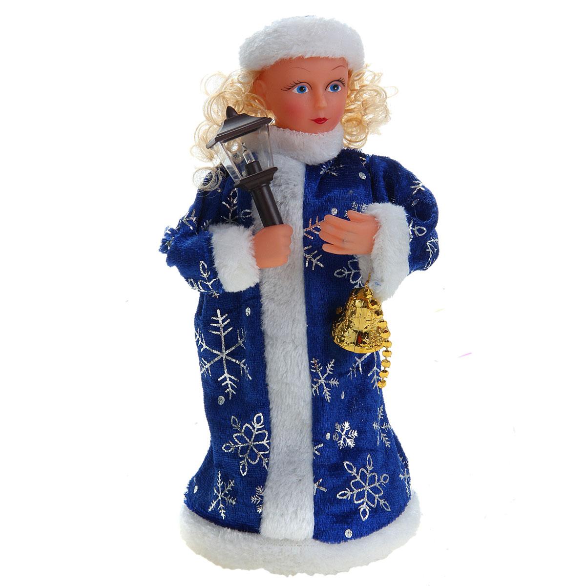 Новогодняя декоративная фигурка Sima-land Снегурочка, музыкальная, 23 см. 827791a030073Новогодняя декоративная фигурка выполнена из высококачественного пластика в виде Снегурочки. Снегурочка одета в шубу с опушкой, украшенную снежинками. На голове шапка в цвет шубы. В руке Снегурочка держит фонарик. Кукла стоит на пластиковой подставке. Особенностью фигурки является наличие механизма, при включении которого Снегурочка говорит поздравления, поет новогоднюю песню, фонарик светится, а голова и руки Снегурочки начинают двигаться. Ее добрый вид и очаровательная улыбка притягивают к себе восторженные взгляды. Декоративная фигурка Снегурочка подойдет для оформления новогоднего интерьера и принесет с собой атмосферу радости и веселья. УВАЖАЕМЫЕ КЛИЕНТЫ!Обращаем ваше внимание на тот факт, что декоративная фигурка работает от двух батареек типа АА напряжением 1,5V. Батарейки в комплект не входят.