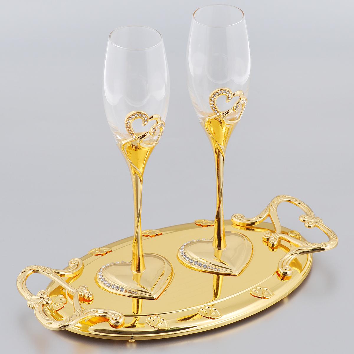 Набор бокалов Marquis Свадьба, на подносе, цвет: золотистый, 3 предмета. 2138-MRH8170Набор Marquis Свадьба состоит из двух бокалов для шампанского для молодоженов и подноса. Бокалы выполнены из стекла. Изящные тонкие ножки, выполненные из стали с серебряно-никелевым покрытием, оформлены перфорацией в виде двух сплетенных сердец, инкрустированных стразами. Основание в виде сердца также оформлено стразами. Овальная подставка с ручками, украшенная гравировкой и рельефом, прекрасно дополняет набор. Такой набор принесет особую атмосферу торжества и праздника.