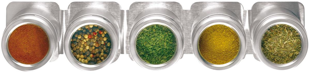Набор для специй Fackelmann, 6 предметовFD 992Набор Fackelmann состоит из 5 емкостей, предназначенных для хранения наиболее часто используемых специй и приправ. Изделия выполнены из нержавеющей стали. Крышки оснащены прозрачными пластиковыми окошками, благодаря которым видно, что внутри. Каждая баночка имеет маленькие отверстия, чтобы немного приправить блюдо. Для набора предусмотрена магнитная подставка, которая устанавливается на металлическую поверхность или стену. Такой набор стильно дополнит интерьер кухни и станет незаменимым помощником в приготовлении ваших любимых блюд.