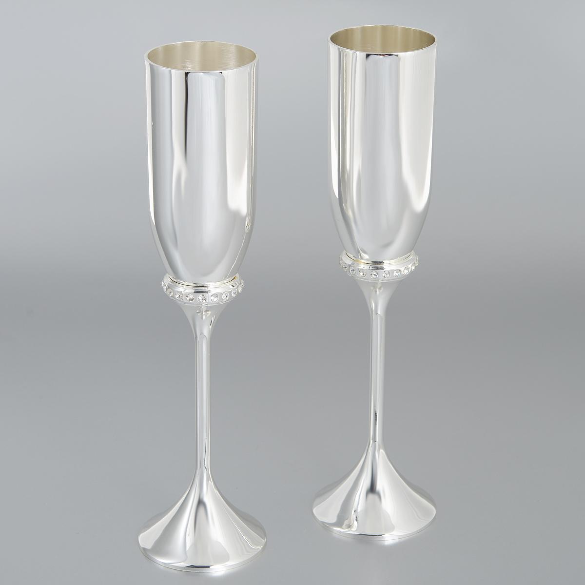 Набор бокалов Marquis, 2 шт. 7063-MRVT-1520(SR)Набор Marquis состоит из двух бокалов на высоких ножках с зеркальной полировкой. Бокалы выполнены из стали с серебряно-никелевым покрытием и украшены белыми стразами. Бокалы идеально подойдут для шампанского. Набор станет прекрасным дополнением романтического вечера. Изысканные изделия необычного оформления понравятся и ценителям классики, и тем, кто предпочитает утонченность и изысканность.