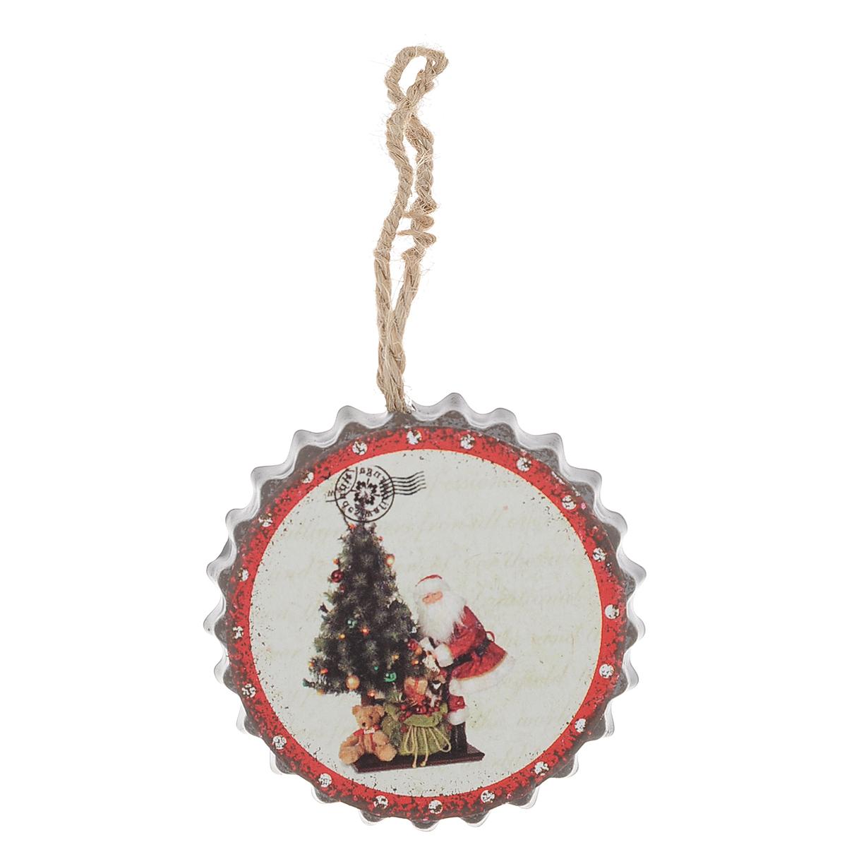 Новогоднее подвесное украшение Дед Мороз у елки, диаметр 5,5 смC0038550Оригинальное новогоднее украшение из пластика прекрасно подойдет для праздничного декора дома и новогодней ели. Изделие крепится на елку с помощью металлического зажима.
