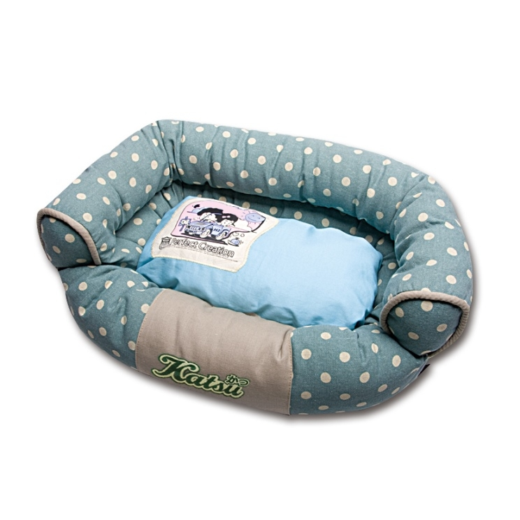 Лежак для собак Katsu Фьюжн, цвет: зеленый, голубой, 50 см х 35 см х 17 см0120710Мягкий и уютный лежак для собак Katsu Фьюжн обязательно понравится вашему питомцу. Лежак выполнен из плотного материала. Внутри - мягкий наполнитель, который не теряет своей формы долгое время. Изделие имеет съемную внутреннюю подушку. Внешние стенки оформлены принтом в горошек. Высокие борта лежака обеспечат вашей собаке уют и комфорт. Дно изделия оснащено противоскользящей вставкой.За изделием легко ухаживать, можно стирать вручную или в стиральной машине при температуре 40°С.