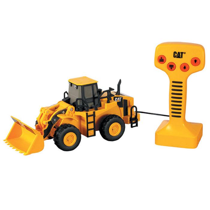 """Игрушка Toystate """"Колесный погрузчик Cat"""" выполнена из прочного пластика черного и желтого цветов в виде колесного погрузчика фирмы """"Cat"""". В комплект с игрушкой входит пульт дистанционного управления. На нем расположены четыре кнопки, при нажатии на две из них поднимается и опускается ковш с характерными для ситуации звуками, при нажатии на две другие - погрузчик перемещается вперед и назад. Малыш проведет с этой игрушкой много увлекательных часов, воспроизводя свою стройку. Ваш ребенок будет в восторге от такого подарка! Рекомендуется докупить 3 батарейки напряжением 1,5V типа АА (товар комплектуется демонстрационными)."""