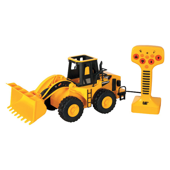 """Колесный погрузчик Toystate """"Cat"""" на дистанционном управлении понравится любому мальчишке. Он выполнен из прочного яркого пластика и оснащен подъемным механизмом ковша и электродвигателем. Погрузчик управляется с помощью пульта с 8 кнопками. Пульт присоединен к машине с помощью провода; движение погрузчика осуществляется только на расстояние, равное длине провода. При нажатии на кнопки погрузчик движется вперед/назад, поднимается и опускается ковш, воспроизводятся различные звуки и веселая песенка, загораются задние фары. Предусмотрен режим работы без звука. Ваш ребенок будет в восторге от такого подарка! Рекомендуется докупить 3 батарейки напряжением 1,5V типа АА (товар комплектуется демонстрационными)."""