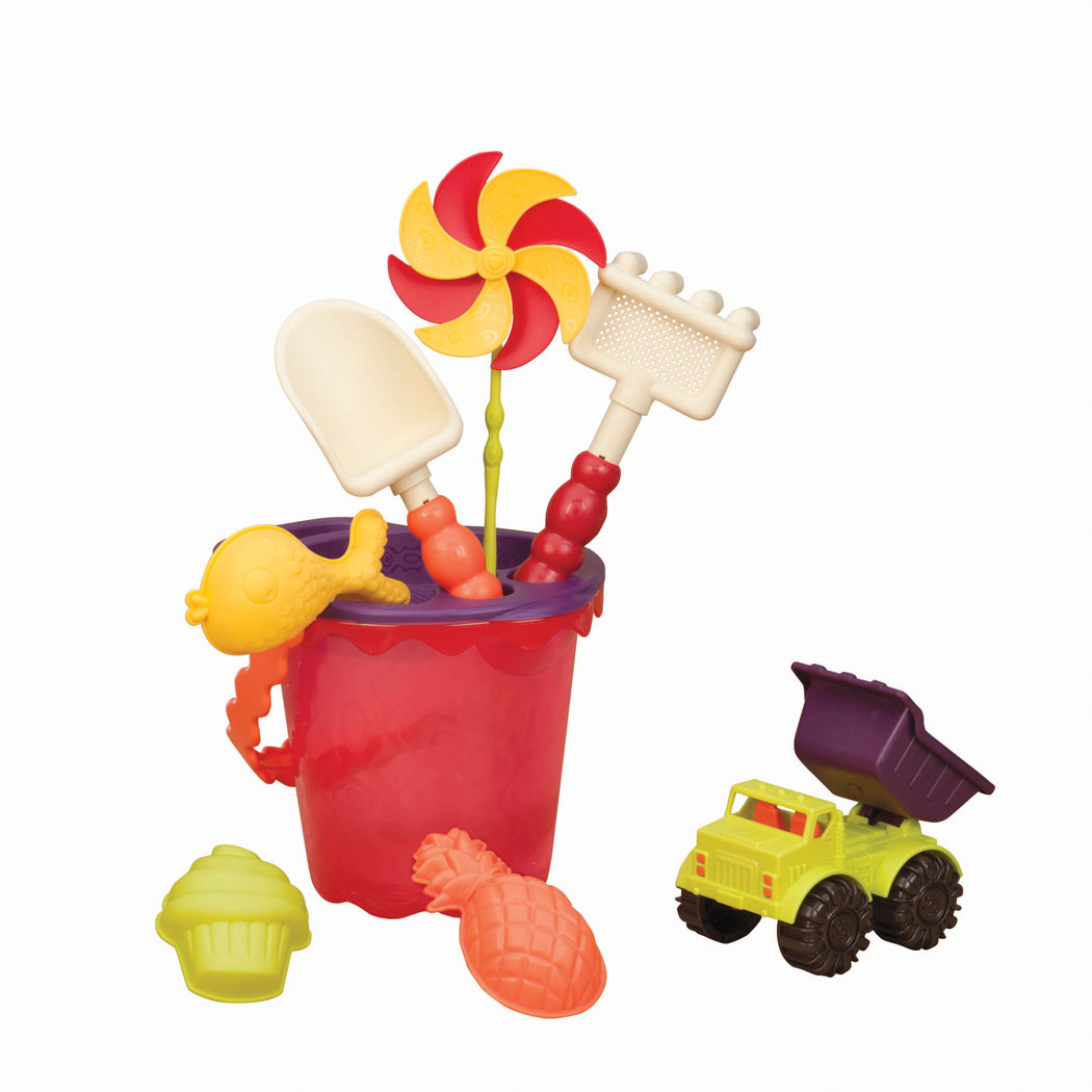 """Набор для песочницы Battat """"Sands Ahoy!"""" сделает игры в песке еще более увлекательными и захватывающими. Набор включает в себя 9 предметов: машинку, 3 формочки, лопатку, грабельки, ведерко средней величины с забавной ручкой, ситечко и вертушку. Все элементы набора изготовлены из высококачественного безопасного пластика и имеют яркие приятные цвета. Машинка выполнена в виде самосвала с просторным откидывающимся кузовом, в котором можно перевозить важнейший элемент стройки - песок. Колесики машинки вращаются. Формочки выполнены в виде рыбки, ананаса и пирожного. Грабельки имеют отверстия, сквозь которые можно просеивать песок. Игры в песке способствуют развитию мелкой моторики ребенка, координации движений, тактильного и цветового восприятия, а также воображения и творческого мышления. А с набором для песочницы Battat """"Sands Ahoy!"""" играть станет еще веселее, ведь он откроет вашему малышу новые просторы для творчества! Рекомендуемый возраст: от 18 месяцев до 8..."""