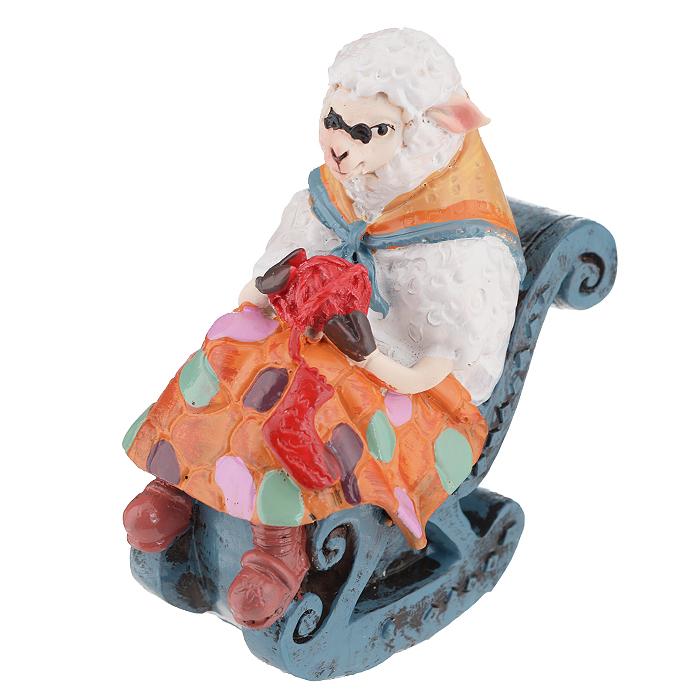 Фигурка декоративная Овечка в кресле-качалке, 7,8 х 4,9 х 8,5 см 34551THN132NДекоративная фигурка Овечка в кресле-качалке прекрасно подойдет для украшения интерьера дома. Изделие выполнено из полирезины в форме овечки с пряжей, которая сидит в кресле. Шея укрыта платочком.Изящная фигурка станет прекрасным подарком, который обязательно порадует получателя.