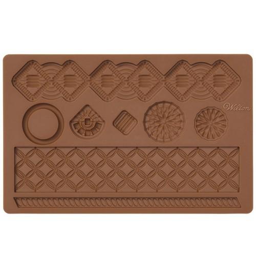 Молд для нанесения рисунка на мастику Wilton Макраме, цвет: коричневый, 20 см х 12,5 смWLT-409-2549Молд для нанесения рисунка на мастику Wilton Макраме, выполненный из силикона, поможет вам легко нанести рисунки на мастику и сахарную пасту для тортов и сладких угощений. Молд содержит формы в виде оригинальных узоров.Использование и хранение: Перед первым использованием и после каждого применения вымойте молд в мыльной воде или на верхней полке в посудомоечной машине. Хорошо высушите молд перед использованием.Полезные советы по использованию:- Для того, чтобы мастика или цветочная паста не прилипали к молду, посыпьте его сахарной пудрой или смажьте растительным жиром сахарную мастику прежде чем накладывать на нее молд,- При раскатывании сахарной мастики используйте скалку для того, чтобы вся мастика была в полостях молда,- Следуйте инструкциям по изготовлению украшений, разместите их на торте, высушите.Изготовление: Скатайте сахарную мастику в трубочку такого же размера, как и полость молда. Положите мастику в полость молда. Прижмите.Разрезание: Положите руку на мастику. Маленькой лопаткой обрежьте излишки мастики. Снимаем мастику: Переверните молд. Выньте сахарную мастику с получившимся рисунком.