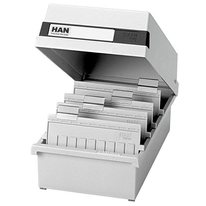 Лоток для бумаг горизонтальный HAN, с крышкой, цвет: светло-серый, формат А6. HA956/11HA956/11Горизонтальный лоток для бумаг HAN поможет вам навести порядок на столе и сэкономить пространство. Лоток подойдет для карточек формата А6 и меньше.Лоток состоит из 3 вместительных секций, и, благодаря оригинальному дизайну и классической форме, органично впишется в любой интерьер. В комплект входят 2 прозрачных ярлыка и 2 пластиковых съемных разделителя, всего лоток оснащен вырубками для 26 разделителей. Таким образом, можно изменять размер секций, что позволяет настроить лоток так, как будет удобно именно вам. Лоток закрывается непрозрачной крышкой, что обеспечивает конфиденциальность хранящихся в нем бумаг. На крышке расположено прозрачное окошко для этикетки.Лоток изготовлен из антистатического ударопрочного пластика. Лоток имеет ножки, предотвращающие скольжение по столу и обеспечивающие необходимую устойчивость.Благодаря лотку для бумаг, важные бумаги и документы не потеряются и всегда будут под рукой.