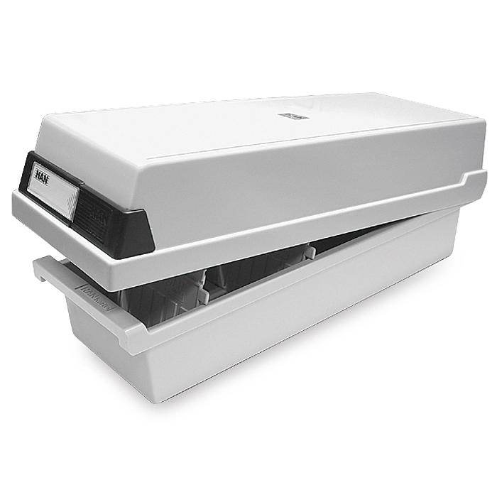 Картотека закрытая для документов формата A7 светло-серого цвета.FS-54100– закрытая горизонтальная формата А7; – формат карточки 105 х 74 мм, емкость до 1300 карточек (в комплект не входят);– антистатический ударопрочный пластик;– размеры: 133 х 360 х 121 мм;– в комплекте 2 разделителя HA9027/11 (возможно использовать до 26 разделителей);