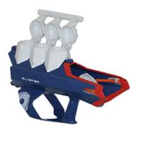 """Тройной снежко-бластер """"Arctic Force"""" позволит вашему ребенку почувствовать себя во всеоружии! Он выполнен из прочного пластика. В верхней части бластера расположены три ячейки для быстрой лепки снежков. Затем готовые снаряды помещаются в пусковое устройство. Встроенный механизм SnowBall Blaster позволяет по очереди метать их на дистанцию до 25 метров. Одержите победу в снежной битве! Игра с бластером """"Arctic Force """" поможет ребенку в развитии меткости, ловкости, координации движений и сноровки."""