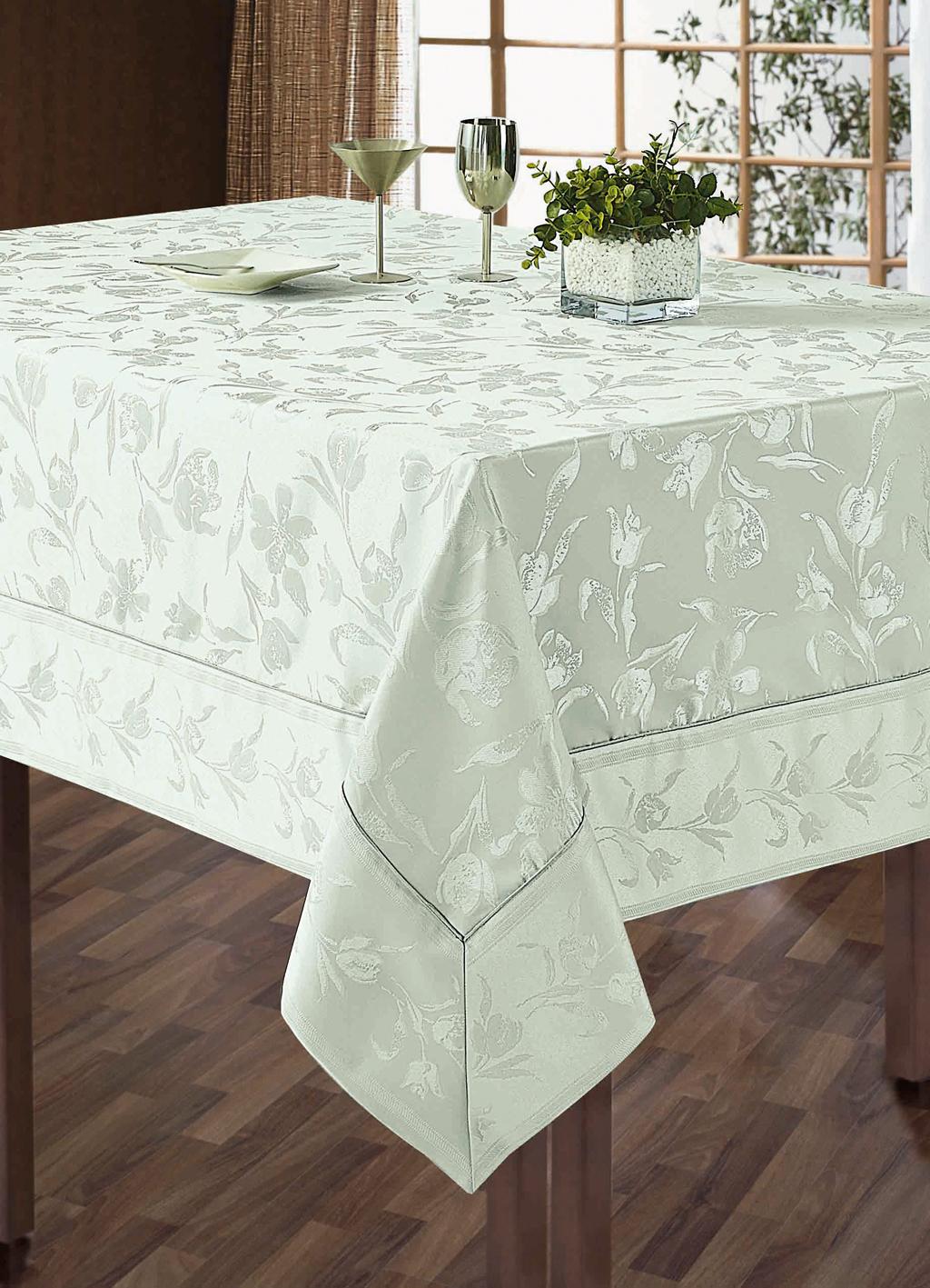 Комплект столового белья SL, цвет: белый, 5 предметов. 10108VT-1520(SR)Роскошный комплект столового белья SL состоит из скатерти прямоугольной формы и 4 квадратных салфеток. Комплект выполнен из жаккарда с изящным цветочным рисунком. Комплект, несомненно, придаст интерьеру уют и внесет что-то новое. Использование такого комплекта сделает застолье более торжественным, поднимет настроение гостей и приятно удивит их вашим изысканным вкусом. Вы можете использовать этот комплект для повседневной трапезы, превратив каждый прием пищи в волшебный праздник и веселье.Жаккард - это гладкая, безворсовая ткань сложного плетения, в состав которой входят как синтетические, так и органические волокна. У белья из жаккардовой ткани гладкая и приятная на ощупь фактура. Его контурный рисунок, созданный благодаря особому плетению, выглядит дорого и изящно. Здесь воссоединились блеск шелка и уютная мягкость хлопка. Жаккардовые ткани очень прочны и долговечны, очень удобны в эксплуатации. Скатерть - 1 шт. Размер: 150 см х 180 см. Салфетки - 4 шт. Размер: 40 см х 40 см.Комплект упакован в красивую подарочную коробку.