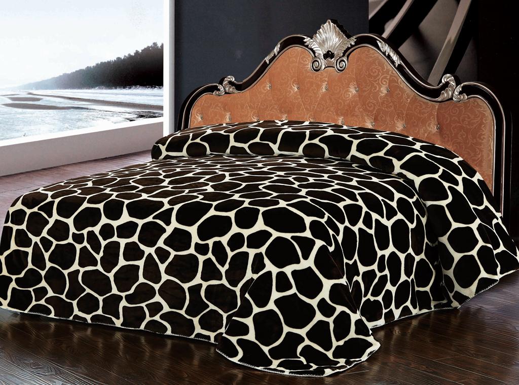 Плед SL, цвет: коричневый, 200 х 220 см 10222RC-100BWCРоскошный флисовый плед SL гармонично впишется в интерьер вашего дома и создаст атмосферу уюта и комфорта. Плед выполнен из высококачественного флиса и оформлен принтом под жирафа. Флис - мягкий, теплый, приятный на ощупь материал с бархатистой текстурой, который обладает высокой износостойкостью и долговечностью. Такой плед согреет в прохладную погоду и будет превосходно дополнять интерьер вашей спальни. Высочайшее качество материала гарантирует безопасность не только взрослых, но и самых маленьких членов семьи.Плед поможет подчеркнуть любой стиль интерьера, задать ему нужный тон - от игривого до ностальгического. Плед - это такой подарок, который будет всегда актуален, особенно для ваших родных и близких, ведь вы дарите им частичку своего тепла! Soft Line предлагает широкий ассортимент высококачественного домашнего текстиля разных направлений и стилей. Это и постельное белье из тканей различных фактур и орнаментов, а также мягкие теплые пледы, красивые покрывала, воздушные банные халаты, текстиль для гостиниц и домов отдыха, практичные наматрасники, изысканные шторы, полотенца и разнообразное столовое белье. Soft Line - это ваш путеводитель по мягкому миру текстиля, полному удивительных достопримечательностей.