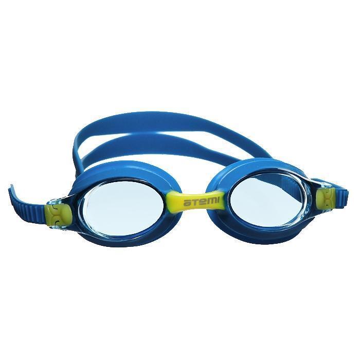 """Очки для плавания """"ATEMI"""" будут незаменимы во время плавания в бассейне. Линзы изготовлены из ударопрочного поликарбоната, а внутренняя поверхность имеет покрытие Anti-fog, препятствующее запотеванию линз. Точное исполнение линз гарантирует отсутствие искажений. Очки имеют 100% защиту от ультрафиолетового излучения. Плотное прилегание очков и комфорт обеспечиваются силиконовыми наглазниками. Силиконовый ремешок можно регулировать по размеру. Очки хранятся в специальном чехле из мягкого пластика на застежке-молнии."""