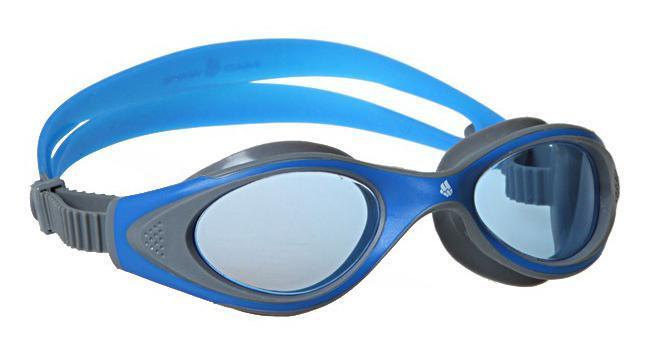 Очки для плавания MadWave Junior Flame, цвет: синий, серыйM0453 02 0 06WУдобные классические юниорские очки для спорта и отдыха c автоматической системой регулировки ремешков на корпусе. Улучшенная антизапотевающая защита стекла благодаря внедрению антифога капиллярным способом. Защита от ультрафиолетовых лучей UV 400. Целлюлозополимерные линзы. Вид переносицы — моноблок. Рамка — полипропилен, обтюратор — термопластичная резина. Силиконовый ремешок. Предназначены ориентировочно на возраст до 8 лет. Комплектация:Очки.Чехол. Характеристики: Материал: силикон, пластик, резина. Размер очков: 15 см х 4 см. Цвет: розовый, бирюзовый. Размер упаковки: 17,5 см х 8 см х 6 см. Артикул: M0411 04 0 04W.