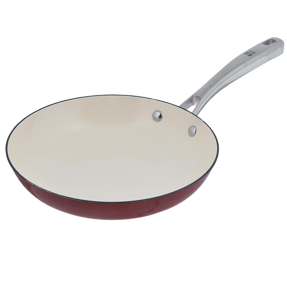 Сковорода Beka Arome, цвет: красный. Диаметр 24 см. 1630724454 009312Сковорода Beka Arome изготовлена из эмалированного чугуна. Он быстро нагревается и, постепенно отдавая тепло, обеспечивает наилучшее качество приготовления любимых блюд. Жаростойкая эмаль обладает повышенной устойчивостью к микроповреждениям и надолго сохраняет свой эстетичный внешний вид.Сковорода снабжена удобной и прочной ручкой из нержавеющей стали.Подходит для приготовления пищи на всех типах плит, включая индукционные. Можно мыть в посудомоечной машине.