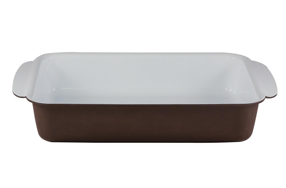 Форма для запекания Bialetti, прямоугольная, с керамическим покрытием, цвет: коричневый, 30 см х 22 см68/5/4Прямоугольная форма для запекания Bialetti изготовлена из тяжело анодированного алюминия - металла прочнее стали, который обладает отличными антипригарными свойствами и высокой теплопроводностью. Вам потребуется меньше времени и меньший температурный режим для готовки, т.к. эко посуда нагревается быстрее и сильнее, чем традиционная. При производстве посуды Bialetti не используются опасные для окружающей среды компоненты (такие как PFOA), имеющие длительный период распада. Особо прочное керамическое покрытие Aeternum предотвращает пригорание пищи и обеспечивает ее легкое приготовление. Кроме того, покрытие обладает жиро- и водоотталкивающими свойствами, поэтому легко чистится. Внешние стенки покрыты жаропрочной эмалью коричневого цвета. Самым неожиданным станут впечатления от цвета посуды - пожарьте мясо или картошку на белоснежной керамической посуде хоть один раз, и вы больше не сможете есть продукты, приготовленные на традиционных черных и темно-серых поверхностях. Подходит для использования в духовом шкафу. Можно мыть в посудомоечной машине. Внутренний размер формы: 30 см х 22 см. Размер формы (с учетом ручек): 38 см х 25 см. Высота стенки: 6,5 см.