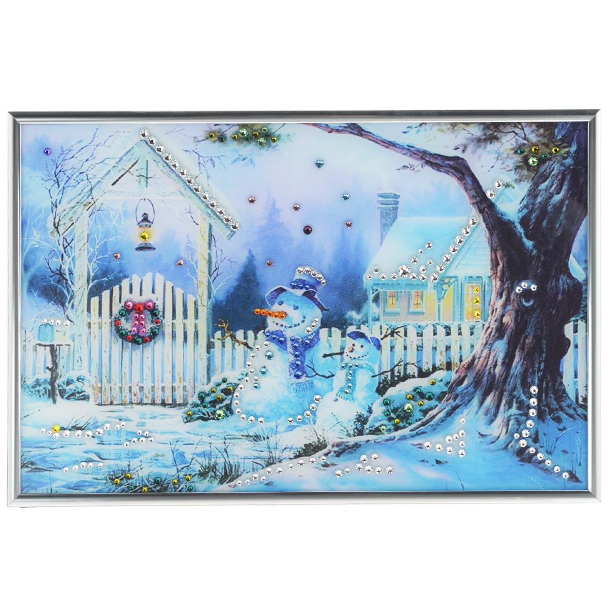 Картина с кристаллами Swarovski Зимнее утро, 31 см х 21 см36013Изящная картина в металлической раме, инкрустирована кристаллами Swarovski, которые отличаются четкой и ровной огранкой, ярким блеском и чистотой цвета. Красочное изображение зимнего дворика и снеговиков, расположенное под стеклом, прекрасно дополняет блеск кристаллов. С обратной стороны имеется металлическая петелька для размещения картины на стене.Картина с кристаллами Swarovski Зимнее утро элегантно украсит интерьер дома или офиса, а также станет прекрасным подарком, который обязательно понравится получателю. Блеск кристаллов в интерьере, что может быть сказочнее и удивительнее. Картина упакована в подарочную картонную коробку синего цвета и комплектуется сертификатом соответствия Swarovski.