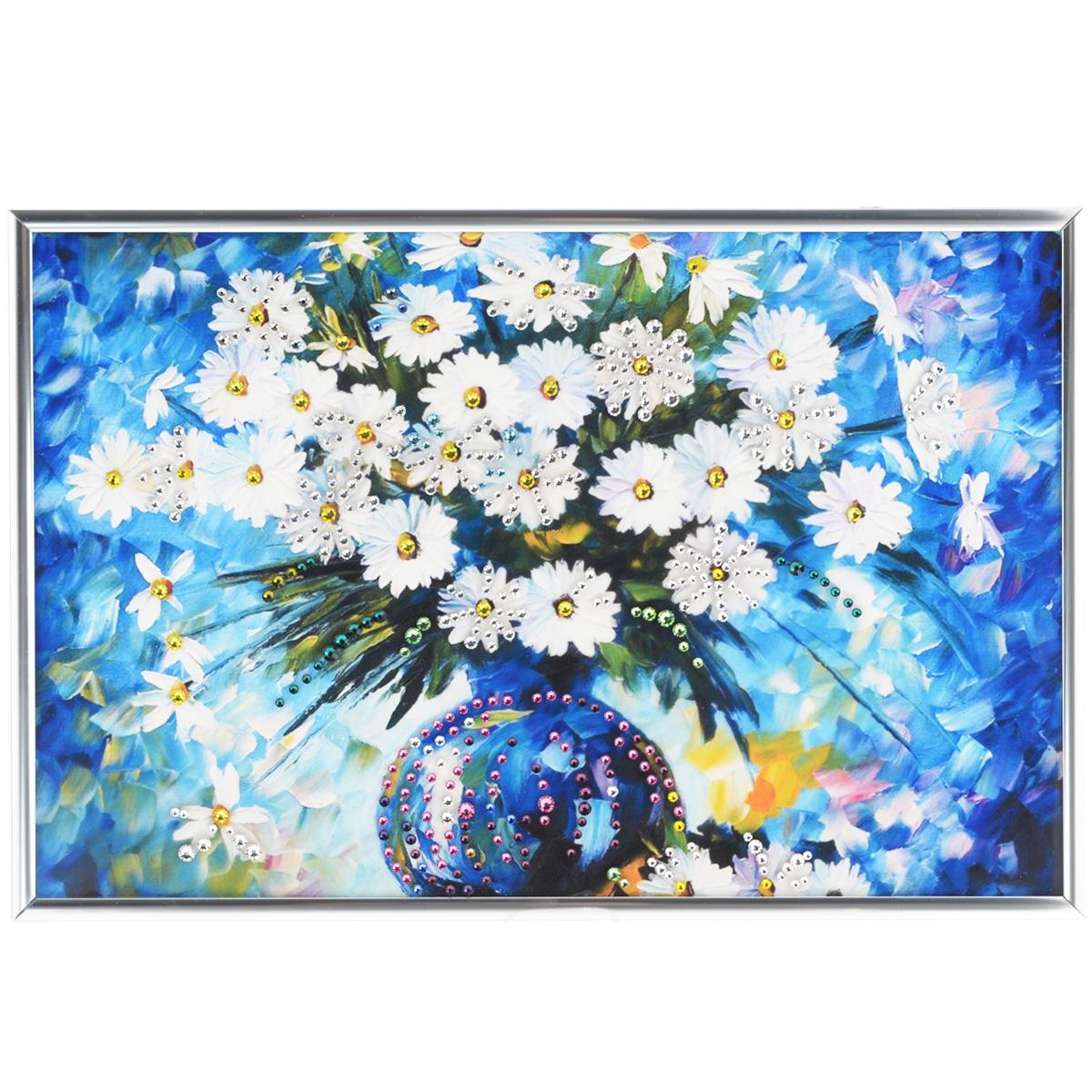 Картина с кристаллами Swarovski Ромашки, 31 х 21 см1082Изящная картина в металлической раме, инкрустирована кристаллами Swarovski, которые отличаются четкой и ровной огранкой, ярким блеском и чистотой цвета. Красочное изображение букета ромашек в вазе, расположенное под стеклом, прекрасно дополняет блеск кристаллов. С обратной стороны имеется металлическая петелька для размещения картины на стене. Картина с кристаллами Swarovski Ромашки элегантно украсит интерьер дома или офиса, а также станет прекрасным подарком, который обязательно понравится получателю. Блеск кристаллов в интерьере, что может быть сказочнее и удивительнее. Картина упакована в подарочную картонную коробку синего цвета и комплектуется сертификатом соответствия Swarovski.