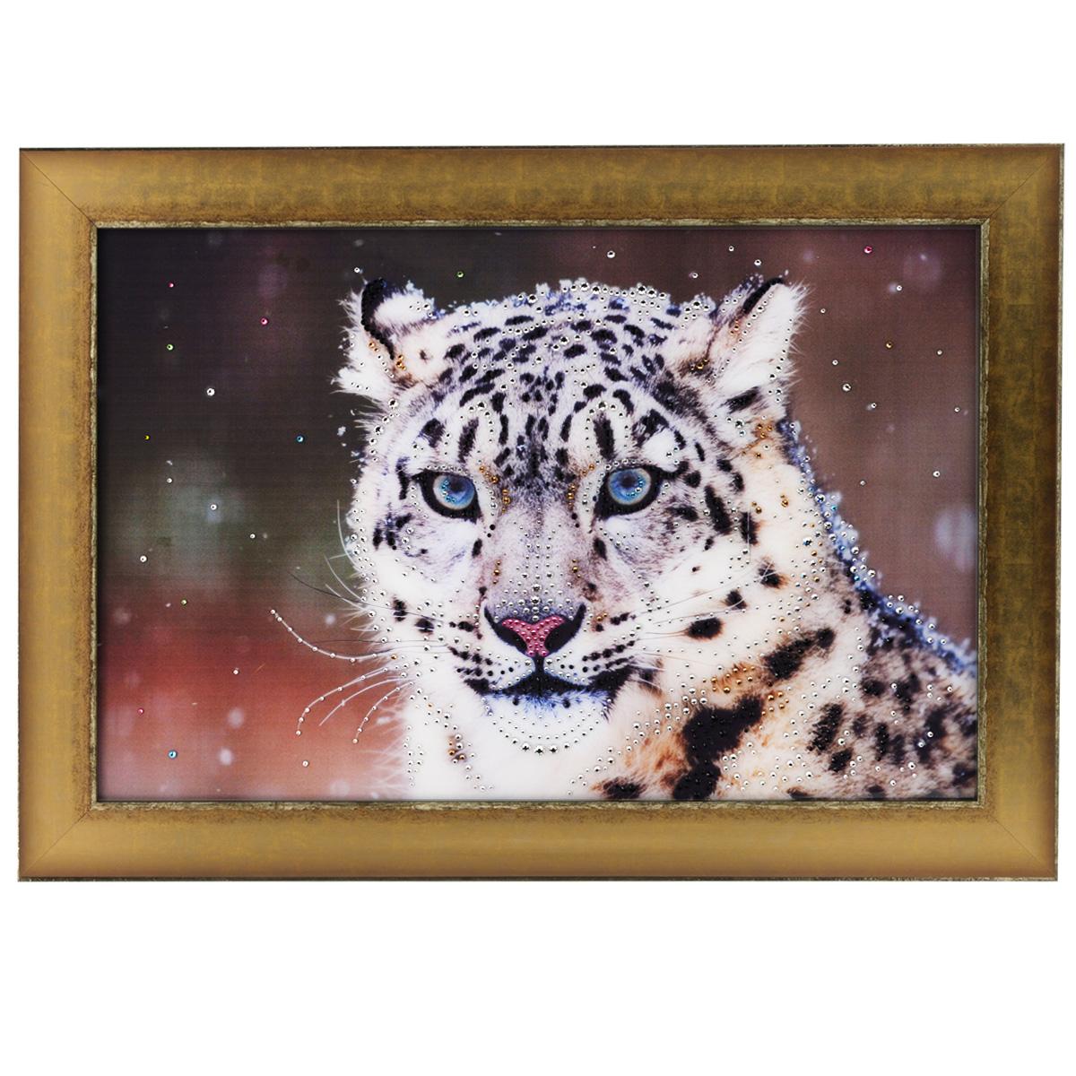Картина с кристаллами Swarovski Снежный барс, 70 см х 50 смAG 30-14Изящная картина в багетной раме, инкрустирована кристаллами Swarovski, которые отличаются четкой и ровной огранкой, ярким блеском и чистотой цвета. Красочное изображение снежного барса, расположенное под стеклом, прекрасно дополняет блеск кристаллов. С обратной стороны имеется металлическая проволока для размещения картины на стене. Картина с кристаллами Swarovski Снежный барс элегантно украсит интерьер дома или офиса, а также станет прекрасным подарком, который обязательно понравится получателю. Блеск кристаллов в интерьере, что может быть сказочнее и удивительнее. Картина упакована в подарочную картонную коробку синего цвета и комплектуется сертификатом соответствия Swarovski.