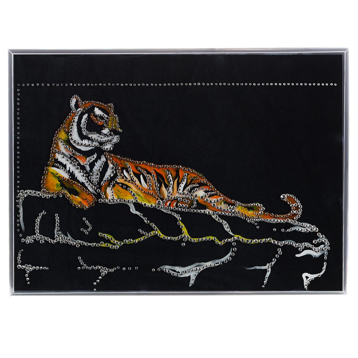 Картина с кристаллами Swarovski Тигр Шерхан, 40 см х 30 см8-986Изящная картина в металлической раме, инкрустирована кристаллами Swarovski, которые отличаются четкой и ровной огранкой, ярким блеском и чистотой цвета. Красочное изображение тигра, расположенное на внутренней стороне стекла, прекрасно дополняет блеск кристаллов. Под стеклом картина оформлены бархатистой тканью черного цвета. С обратной стороны имеется металлическая петелька для размещения картины на стене.Картина с кристаллами Swarovski Тигр Шерхан элегантно украсит интерьер дома или офиса, а также станет прекрасным подарком, который обязательно понравится получателю. Блеск кристаллов в интерьере, что может быть сказочнее и удивительнее. Картина упакована в подарочную картонную коробку синего цвета и комплектуется сертификатом соответствия Swarovski.
