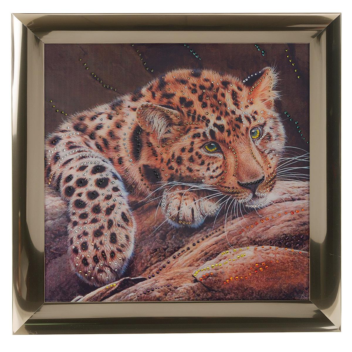 Картина с кристаллами Swarovski Леопард, 47 см х 47 смAG 40-14Изящная картина в металлической раме, инкрустирована кристаллами Swarovski, которые отличаются четкой и ровной огранкой, ярким блеском и чистотой цвета. Красочное изображение леопарда, расположенное под стеклом, прекрасно дополняет блеск кристаллов. С обратной стороны имеется металлическая петелька для размещения картины на стене. Картина с кристаллами Swarovski Леопард элегантно украсит интерьер дома или офиса, а также станет прекрасным подарком, который обязательно понравится получателю. Блеск кристаллов в интерьере, что может быть сказочнее и удивительнее. Картина упакована в подарочную картонную коробку синего цвета и комплектуется сертификатом соответствия Swarovski.