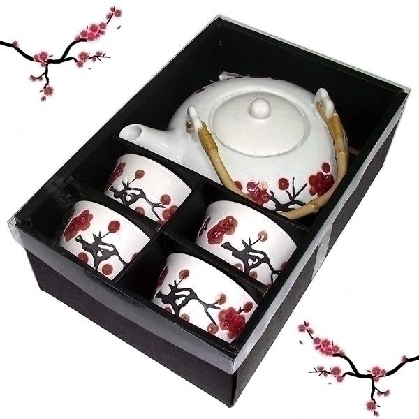 Набор чайный Эврика, 5 предметов115610Чайный набор Эврика, выполненный из высококачественной керамики, состоитиз 4 пиал и заварочного чайника. Ручка чайника изготовлена из дерева. Изделиявыполнены в японском стиле и декорированы рисунками сакуры. Элегантныйдизайн и совершенные формы предметов набора привлекут к себе внимание иукрасят интерьер вашей кухни. Чайный набор идеально подойдет длясервировки стола и станет отличным подарком к любому празднику. Объем чайника: 600 мл.Объем пиалы: 100 мл.