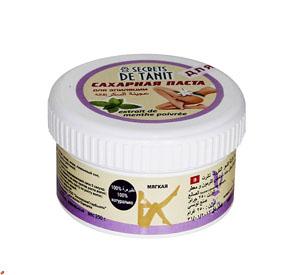 Secrets de Tanit Сахарная паста для эпиляции с экстрактом мяты, 250 г4670006722112100% натуральное средство для удаления волос со всех участков тела. Экстракт мяты охлаждает кожу. МягкаяПреимущества шугаринга:1. Паста наносится против роста волоса, снимается по росту (тем самым волос не обламывается, а вырывается с корнем, что предотвращает врастание волоса); 2. Температура пасты при нанесении равна температуре тела, что исключает гипертермию кожи, что позволяет наносить ее на самые чувствительные зоны; 3. Волос удаляется минимальной длины (от 3 мм); 4. Разная плотность паст позволяет удалять волос от пушкового до забритого жесткого; 5. Деликатное мануальное воздействие способствует вместе с удалением волоса проводить деликатный пилинг - удаление мертвых клеток, что делает кожу гладкой и шелковистой; 6. Минимальные дискомфортные ощущения во время процедуры позволяют проводить ее беременным женщинам и людям с расширенной сосудистой сеткой на ногах. 7. Остатки пасты смываются водой, так как сахарная паста водорастворима. 8. В состав пасты входят вода, сахар, лимонный сок, что свидетельствуето натуральностисостава. 9. Шугаринг- это безопасная и гигиеничная процедура так как паста не вызывает аллергии, не используется вторично, не противопоказана даже людям, страдающим диабетом. Высокая концентрация сахара препятствует появлению бактерий.Товар сертифицирован.
