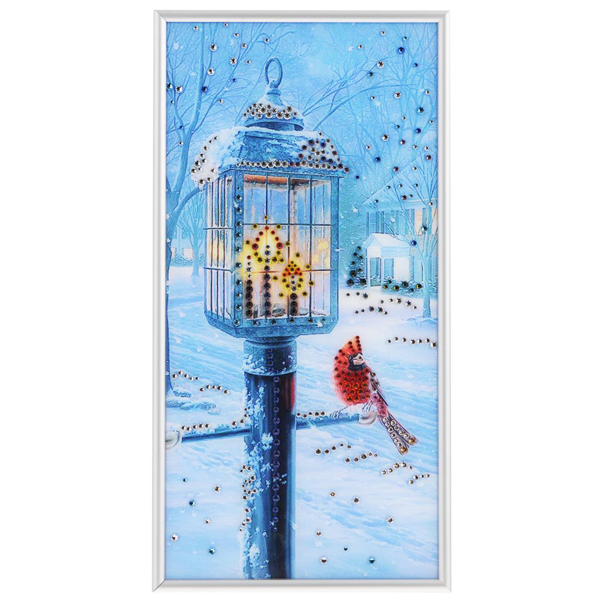 Картина с кристаллами Swarovski Рождественский вечер, 20 см х 40 см1605Изящная картина в металлической раме, инкрустирована кристаллами Swarovski, которые отличаются четкой и ровной огранкой, ярким блеском и чистотой цвета. Красочное изображение уличного фонаря и птички, расположенное под стеклом, прекрасно дополняет блеск кристаллов. С обратной стороны имеется металлическая петелька для размещения картины на стене. Картина с кристаллами Swarovski Рождественский вечер элегантно украсит интерьер дома или офиса, а также станет прекрасным подарком, который обязательно понравится получателю. Блеск кристаллов в интерьере, что может быть сказочнее и удивительнее. Картина упакована в подарочную картонную коробку синего цвета и комплектуется сертификатом соответствия Swarovski.