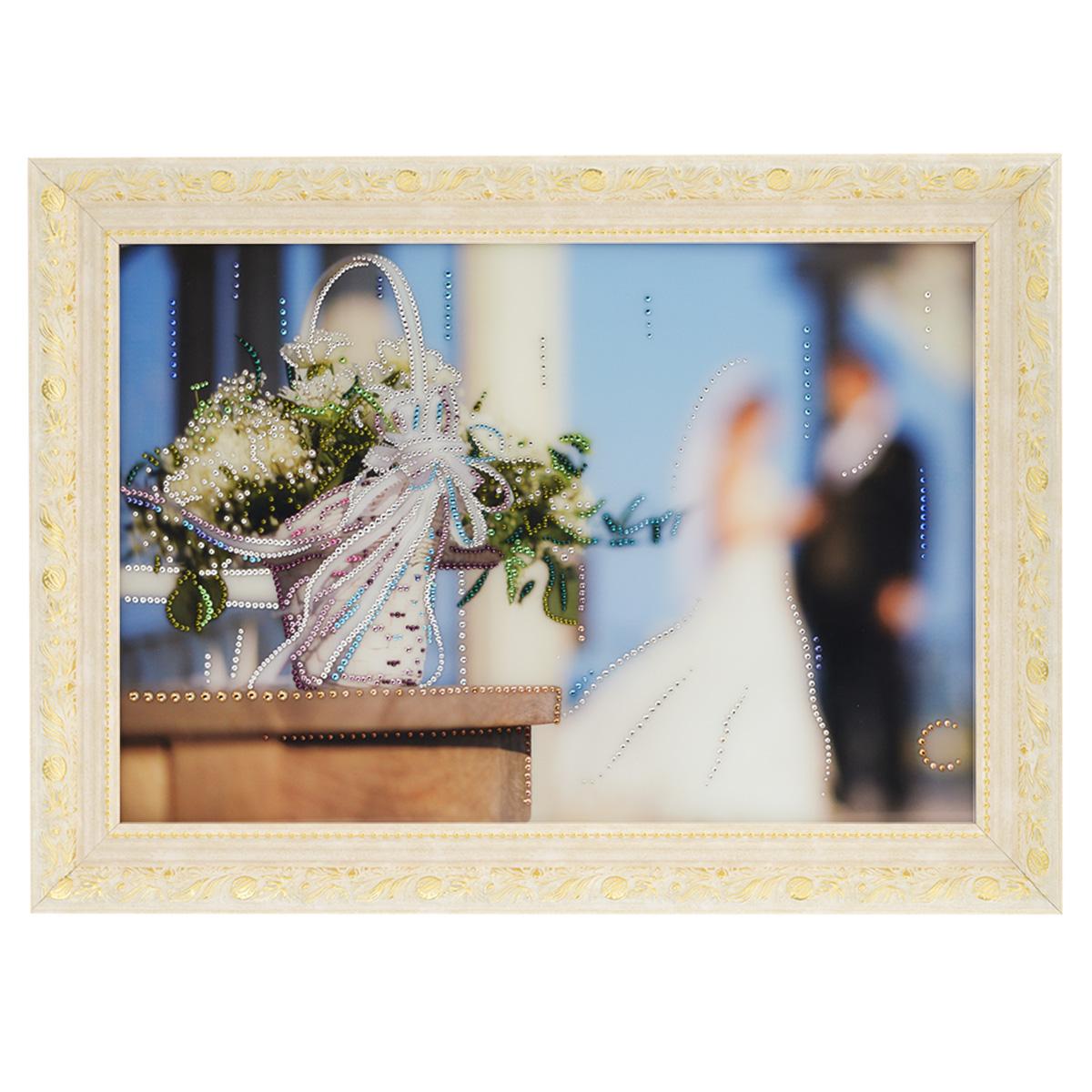 Картина с кристаллами Swarovski Свадебные цветы, 70 см х 50 см1147Изящная картина в багетной раме, инкрустирована кристаллами Swarovski, которые отличаются четкой и ровной огранкой, ярким блеском и чистотой цвета. Красочное изображение свадебных цветов, расположенное под стеклом, прекрасно дополняет блеск кристаллов. С обратной стороны имеется металлическая проволока для размещения картины на стене. Картина с кристаллами Swarovski Свадебные цветы элегантно украсит интерьер дома или офиса, а также станет прекрасным подарком, который обязательно понравится получателю. Блеск кристаллов в интерьере, что может быть сказочнее и удивительнее. Картина упакована в подарочную картонную коробку синего цвета и комплектуется сертификатом соответствия Swarovski.