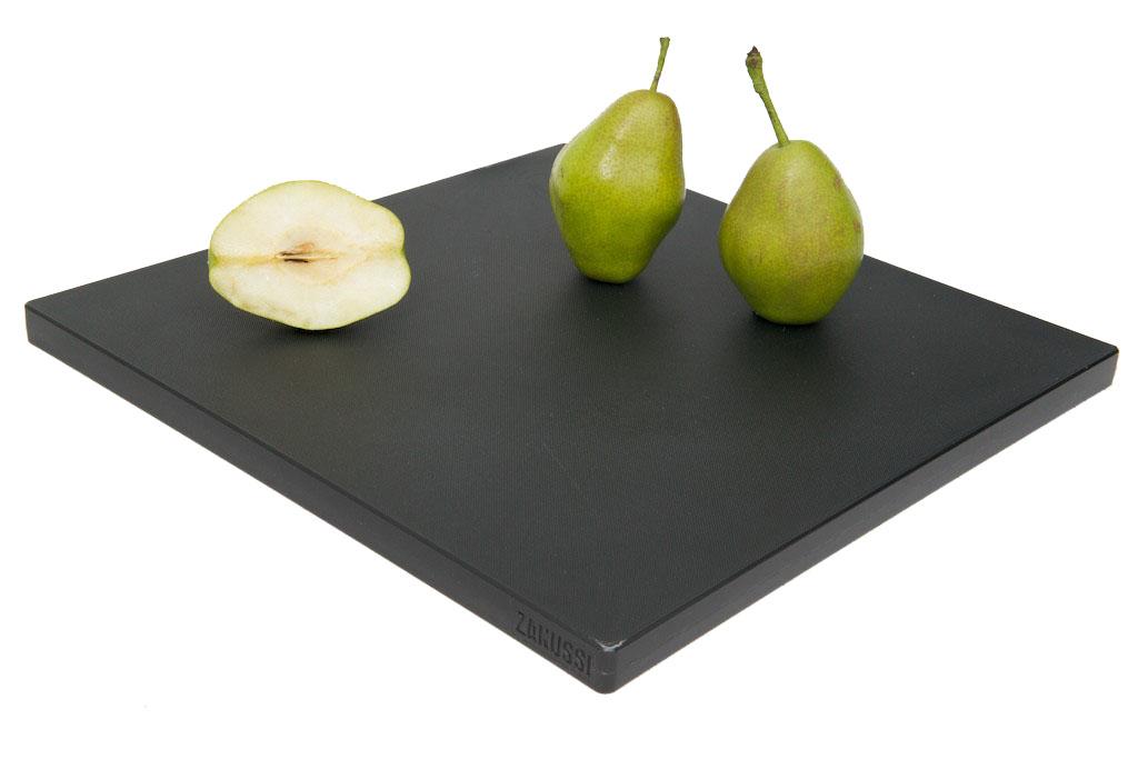 Доска разделочная Zanussi, цвет: черный, 35 см х 35 см54 009312Разделочная доска Zanussi изготовлена из высококачественного пластика высокой плотности, что обеспечивает превосходную стойкость к химическим веществам, износу и влаге. Текстурированная поверхность удерживает пищу на месте, не давая ей скользить. Простота в использовании, надежность, безопасность и незначительная потребность в уходе. Ножи не теряют остроты при резке на разделочной доске. Обе поверхности доски рабочие. Это сокращает риск перекрестного бактериального загрязнения при приготовлении пищи. Простота чистки и пригодность для мойки в посудомоечной машине. Не ставьте на доску тяжелые или горячие предметы.