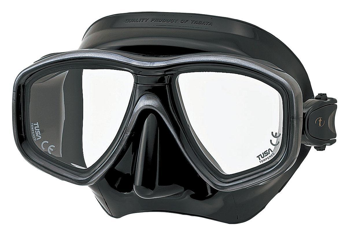 Маска для плавания Tusa Freedom Ceos Pro, цвет: черныйTS M-212SQB BKНовинка 2013 года.Низкопрофильная 2-линзовая маска с маленьким подмасочным пространством.От обычной маски Freedom One серия Pro отличается линзами CrystalView AR/UV с антибликовым и УФ-защитным покрытием.Линзы с антибликовым покрытием значительно уменьшают количество отраженного света, в результате картинка становится более яркой, красочной и контрастной. Особая UV обработка этих линз обеспечивает 100% защиту от ультрафиолета UVA и UVB, блокируя спектр излучения до 400 нм.В маске применен ряд новых революционных технологий, обеспечивающих комфорт и прилегание маски к лицу. Ячеистая структура обтюратора переменной величины и диаметра в районе скул и по краям лба делают его более мягким и эластичным, что обеспечивает лучшее прилегание и уменьшает вероятность протекания.Переменная толщина силикона обтюратора в районе рта и нижней части носа делают процес использования трубки максимально комфортным.Обтюратор по линии соприкосновения с кожей имеет поверхность пониженного трения и большую площадь соприкосновения с кожей.В данной маске применена недавно разработанная низкопрофильная пряжка, которая крепится прямо к силиконовому обтюратору. В результате получается компактная, легкая и технологически более совершенная модель маски, которую можно просто и быстро настроить под себя, добившись оптимального прилегания. Характеристики: Цвет: черный. Ширина оправы маски: 15,5 см. Размер упаковки: 20 см x 10,5 см x 11 см. Материал: силикон, стекло, пластик. Артикул: TS M-212SQB BK.Производитель: Тайвань.