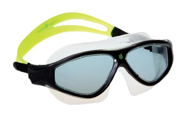 Маска для плавания MadWave Flame Mask, цвет: зеленый, черныйTS M-28SQB BKМаска для водных видов спорта с автоматической системой регулировки ремешков на корпусе. Закрывает чувствительную зону вокруг глаз. Улучшенная антизапотевающая защита стекла благодаря внедрению антифога капиллярным способом. Защита от ультрофиолетовых лучей UV 400. Целлюлозополимерные линзы. Вид переносицы — моноблок. Рамка — полипропилен, обтюратор — термопластичная резина. Силиконовый ремешок. Комплектация:Маска.Чехол. Характеристики: Материал: силикон, поликарбонат, резина. Размер маски: 17,5 см х 6,5 см. Цвет: зеленый, черный. Размер упаковки: 20 см х 8 см х 6 см. Артикул: M0461 02 0 10W.