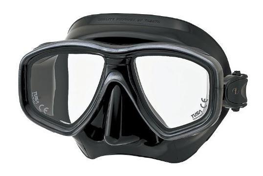 Маска для плавания Tusa Freedom Ceos, цвет: черныйTS M-211SQB BK/SGНовинка 2013 года.Низкопрофильная 2-линзовая маска с маленьким подмасочным пространством.В маске применен ряд новых революционных технологий, обеспечивающих комфорт и прилегание маски к лицу. Ячеистая структура обтюратора переменной величины и диаметра в районе скул и по краям лба делают его более мягким и эластичным, что обеспечивает лучшее прилегание и уменьшает вероятность протекания.Переменная толщина силикона обтюратора в районе рта и нижней части носа делают процесс использования трубки максимально комфортным.Обтюратор по линии соприкосновения с кожей имеет поверхность пониженного трения и большую площадь соприкосновения с кожей.В данной маске применена недавно разработанная низкопрофильная пряжка, которая крепится прямо к силиконовому обтюратору.В результате получается компактная, легкая и технологически более совершенная модель маски, которую можно просто и быстро настроить под себя, добившись оптимального прилегания. Характеристики: Цвет: черный. Ширина оправы маски: 15,5 см. Размер упаковки: 19,5 см x 10,5 см x 10,5 см. Материал: силикон, стекло, пластик. Артикул: TS M-212QB BK.Производитель: Тайвань.