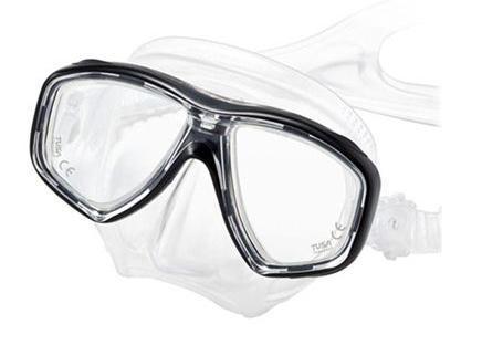 Маска для плавания Tusa Freedom Ceos, цвет: синийTS M-211SQB BK/SGНовинка 2013 года.Низкопрофильная 2-линзовая маска с маленьким подмасочным пространством.В маске применен ряд новых революционных технологий, обеспечивающих комфорт и прилегание маски к лицу. Ячеистая структура обтюратора переменной величины и диаметра в районе скул и по краям лба делают его более мягким и эластичным, что обеспечивает лучшее прилегание и уменьшает вероятность протекания.Переменная толщина силикона обтюратора в районе рта и нижней части носа делают процесс использования трубки максимально комфортным.Обтюратор по линии соприкосновения с кожей имеет поверхность пониженного трения и большую площадь соприкосновения с кожей.В данной маске применена недавно разработанная низкопрофильная пряжка, которая крепится прямо к силиконовому обтюратору.В результате получается компактная, легкая и технологически более совершенная модель маски, которую можно просто и быстро настроить под себя, добившись оптимального прилегания. Характеристики: Цвет: синий. Ширина оправы маски: 15,5 см. Размер упаковки: 20 см x 10,5 см x 11 см. Материал: силикон, стекло, пластик. Артикул: TS M-212 CBL.Производитель: Тайвань.