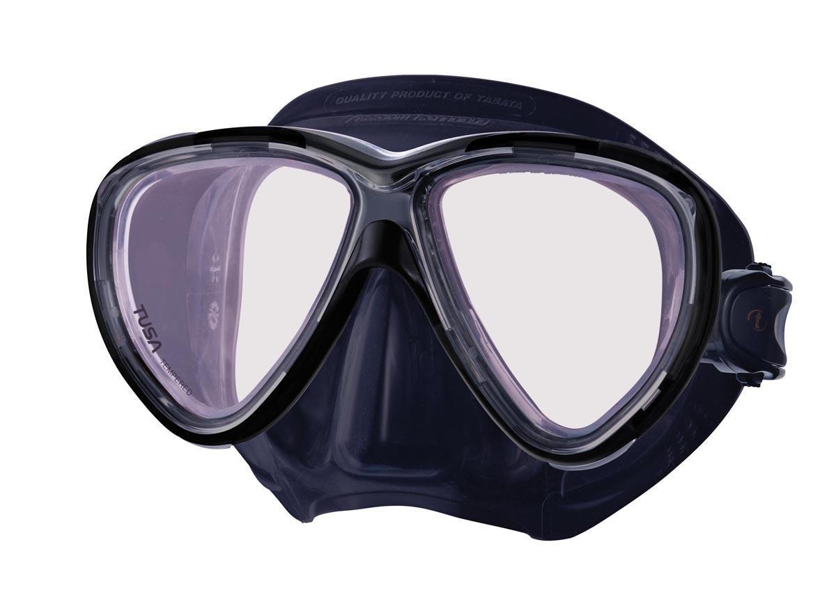 Маска для плавания Tusa Freedom One Pro, цвет: черныйTS M-211SQB BKНовинка 2013 года.От обычной маски Freedom One серия Pro отличается линзами CrystalView AR/UV с антибликовым и УФ-защитным покрытием.Линзы с антибликовым покрытием значительно уменьшают количество отраженного света, в результате картинка становится более яркой, красочной и контрастной. Особая UV обработка этих линз обеспечивает 100% защиту от ультрафиолета UVA и UVB, блокируя спектр излучения до 400 нм.В маске применен ряд новых революционных технологий, обеспечивающих комфорт и прилегание маски к лицу. Ячеистая структура обтюратора переменной величины и диаметра в районе скул и по краям лба делают его более мягким и эластичным, что обеспечивает лучшее прилегании и уменьшает вероятность протекания.Переменная толщина силикона обтюратора в районе рта и нижней части носа делают процесс использования трубки максимально комфортным.Обтюратор по линии соприкосновения с кожей имеет поверхность пониженного трения и большую площадь соприкосновения с кожей.В данной маске применена недавно разработанная низкопрофильная пряжка, которая крепится прямо к силиконовому обтюратору.В результате получается компактная, легкая и технологически более совершенная модель маски, которую можно просто и быстро настроить под себя, добившись оптимального прилегания. Характеристики: Цвет: черный. Ширина оправы маски: 15,5 см. Размер упаковки: 20 см x 10,5 см x 11 см. Материал: силикон, стекло, пластик. Артикул: TS M-211SQB BK.Производитель: Тайвань.
