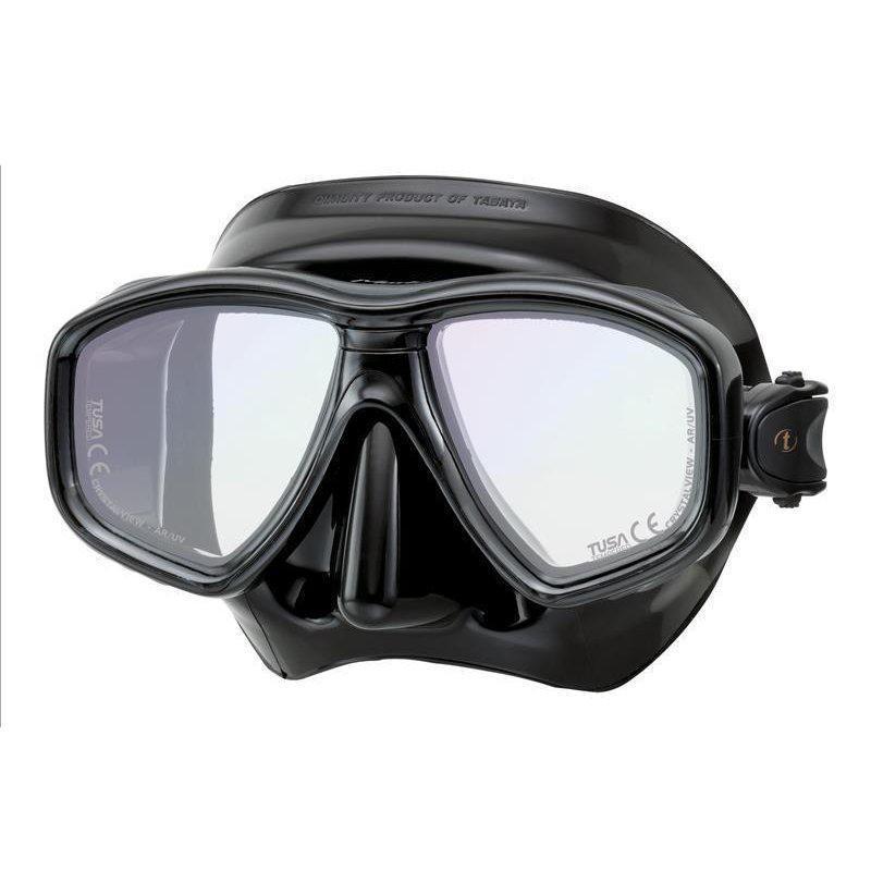 Маска для плавания Tusa Geminus Pro, цвет: черныйTS M-28SQB BKОт обычной маски Geminus, серия Pro отличается линзами CrystalView AR/UV с антибликовым и УФ-защитным покрытием.Линзы с антибликовым покрытием значительно уменьшают количество отраженного света, в результате картинка становится более яркой, красочной и контрастной. Особая UV обработка этих линз обеспечивает 100% защиту от ультрафиолета UVA и UVB, блокируя спектр излучения до 400 нм.В данной маске применена недавно разработанная низкопрофильная пряжка, которая крепится прямо к силиконовому обтюратору. В результате получается компактная, легкая и технологически более совершенная модель маски, которую можно просто и быстро настроить под себя, добившись оптимального прилегания.Обтюратор маски М-28 имеет скругленные края со специальной посадкой обтюратора по линиям наилучшего прилегания к лицу.В маске М-28 применен 3D-ремешок новой конструкции, который точно повторяет затылочный изгиб и обеспечивает великолепное прилегание. Возможна установка диоптрийных линз. (приобретаются отдельно) Характеристики: Цвет: черный. Ширина оправы маски: 15,5 см. Размер упаковки: 19,5 см x 10,5 см x 10,5 см. Материал: силикон, стекло, пластик. Артикул: TS M-28SQB BK.Производитель: Тайвань.